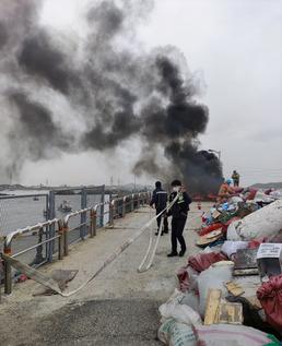 통발 화재 진압하는 인천해경 영흥파출소 근무자들