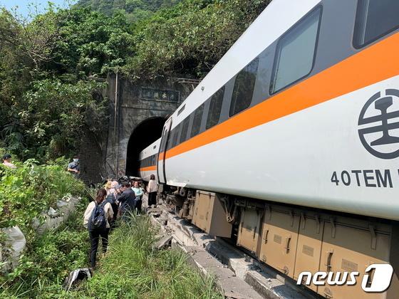 '50 명 사망 '혐의로 대만 열차 탈선 혐의로 구금 된 트럭 운전사'심층 반성 '