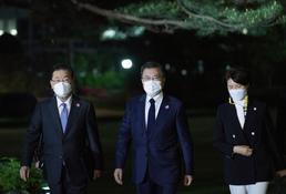 정의용 외교장관과 기후정상회의 참석위해 이동하는 문재인 대통령
