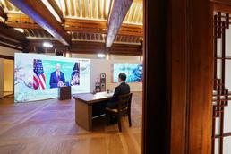 조 바이든 美 대통령 발언 경청하는 문재인 대통령