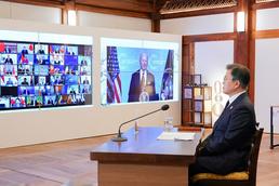 기후정상회의 바이든 미국 대통령 발언 듣는 문 대통령