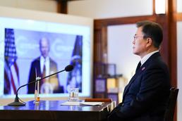 조 바이든 미국 대통령 기후정상회의 발언 듣는 문재인 대통령
