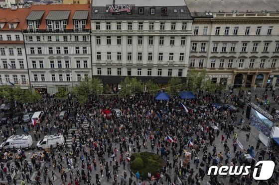 [사진] 친러 대통령 비난하며 시위하는 체코 시민들