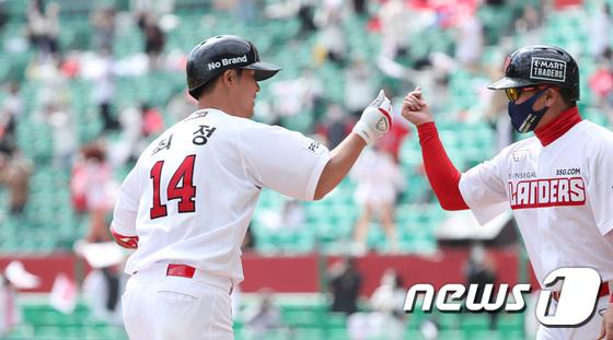 KBO 리그 첫 상륙 SSG, 4 홈런으로 '유통 라이벌'롯데 패배