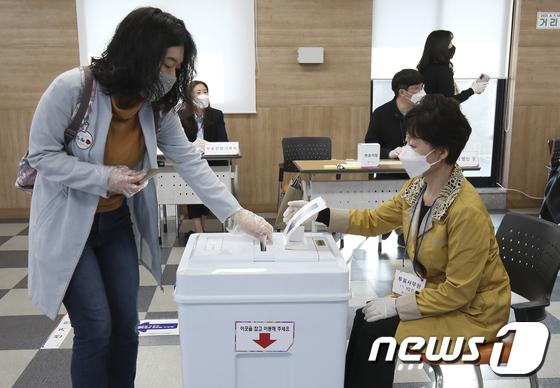 """""""출근길에 들렀다""""… 울산 남구 장과 울주군 의원 재선 순조롭게 투표"""