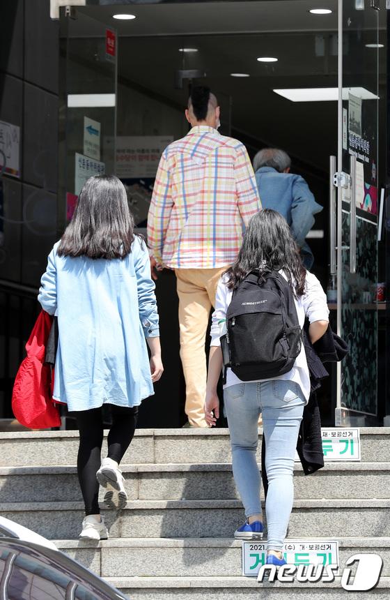 투표소로 향하는 청년유권자들