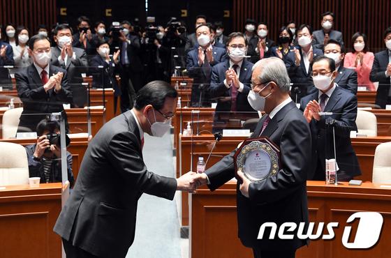 국민의힘 감사패 받는 김종인 비대위원장