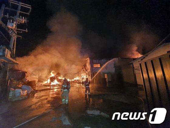 김포 스타킹공장에서 큰 불...진압하는 소방대원들