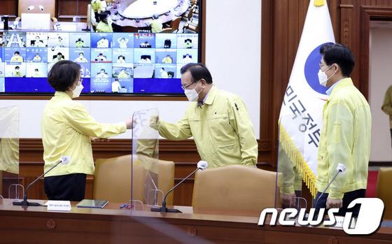 신임 장관들과 인사 나누는 김부겸 총리