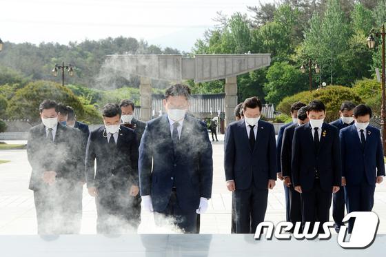 오월 영령에 참배하는 송영길 대표
