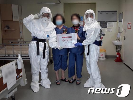 격리병동 입원 어르신들에게 카네이션 전한 서울의료원