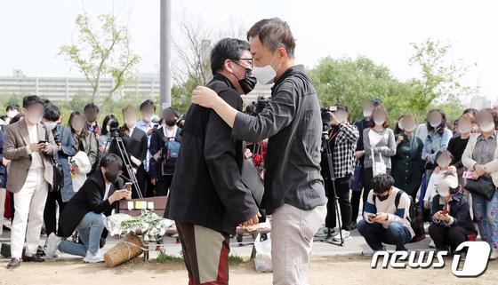서로를 위로하는 차종욱 민간구조사와 손현씨