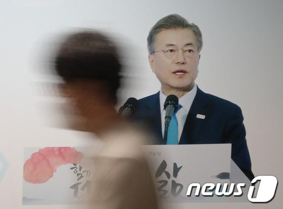 문재인 대통령 취임 4주년 D-1