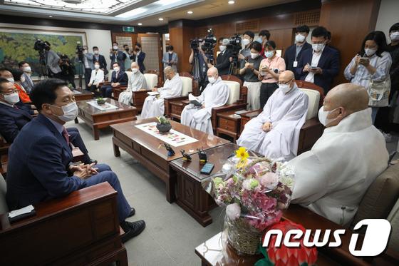 조계종 찾아 원행 스님과 대화하는 김기현 원내대표
