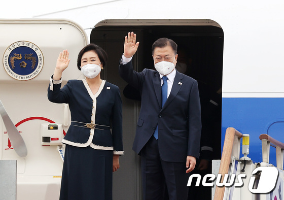 G7 참석 위해 출국하는 문재인 대통령과 김정숙 여사