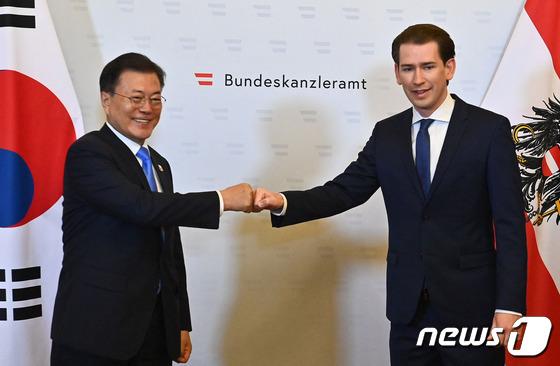 오스트리아 총리와 주먹인사하는 문재인 대통령