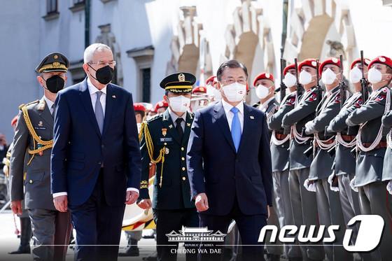 문 대통령 오스트리아 의장대 사열 받으며
