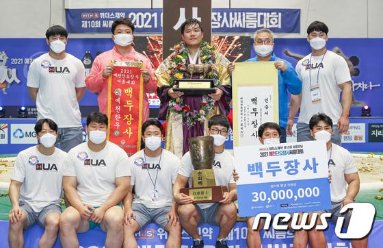 '백두장사' 김진, 팀원들과 함께