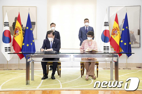 스페인 국빈 방문, 외교부 장관 협정 서명식 지켜보는 문재인 대통령