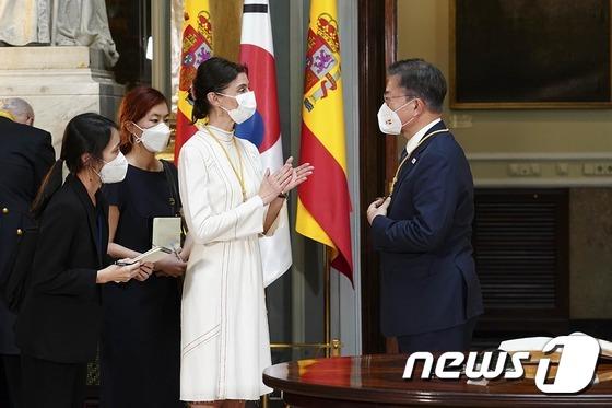 스페인 상원의장에게 메달 받는 문재인 대통령