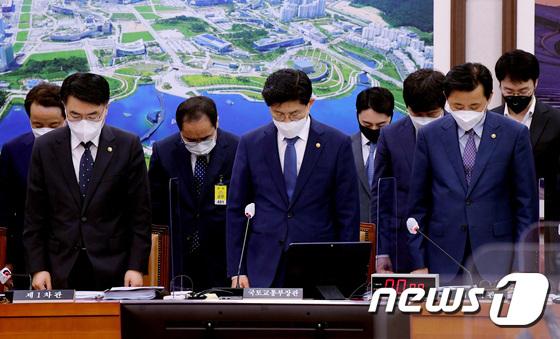 '광주 붕괴건물 참사' 피해자 묵념하는 국토부