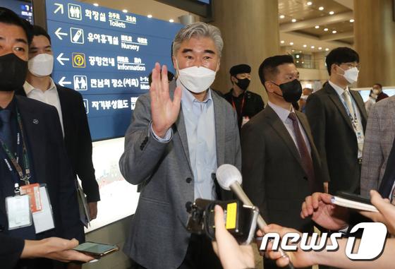 손 흔들며 방한한 성김 대북특별대표 \'대북정책 검토결과 논의\'