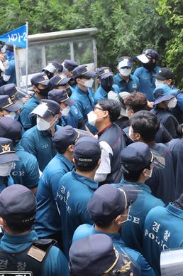 충돌하는 경찰과 민주노총