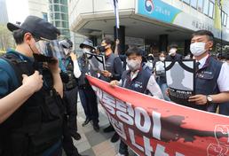 경찰에 제지되는 중대재해 노동자 합동추모제 행진