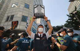 산재 숨진 노동자 영정 든 양경수 민주노총 위원장