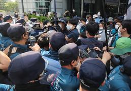 행진 앞두고 충돌하는 민주노총과 경찰