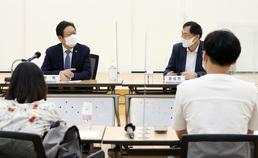 창작준비금 관련 예술인 간담회 참석한 황희 장관