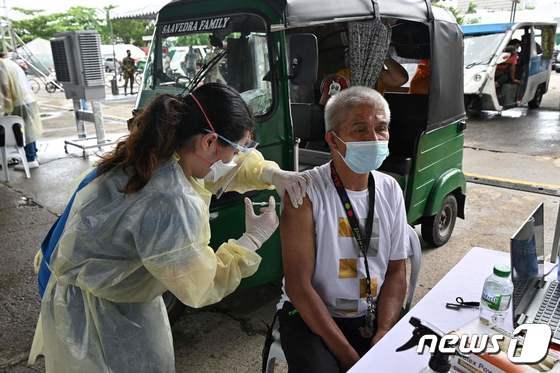 [사진] 중국산 시노백 백신 맞는 필리핀 삼륜차 운전자