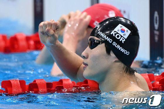 한국 신기록 세우고 기뻐하는 황선우