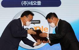 일자리 으뜸기업 인증식, 인증패 수여하는 김부겸 총리