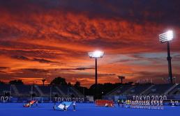 [사진] '시선 빼앗는 하늘'…경기 중 펼쳐진 환상적인 노을