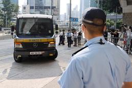 [사진] '홍콩보안법 위반 첫 기소'…법원으로 들어서는 호송 차량
