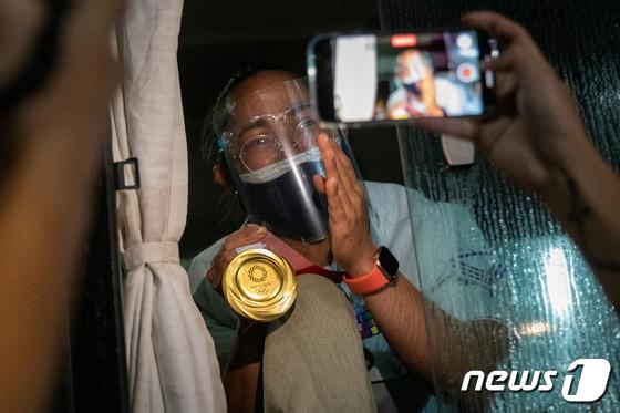 [사진] \'필리핀 국민 영웅\'…디아스, 금메달 목에 걸며 귀국