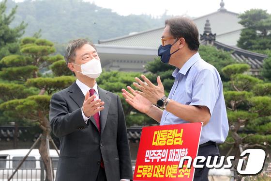1인 시위중인 정진석 의원 찾은  최재형 전 원장