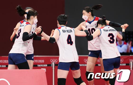 한국 득점에 기뻐하는 김연경
