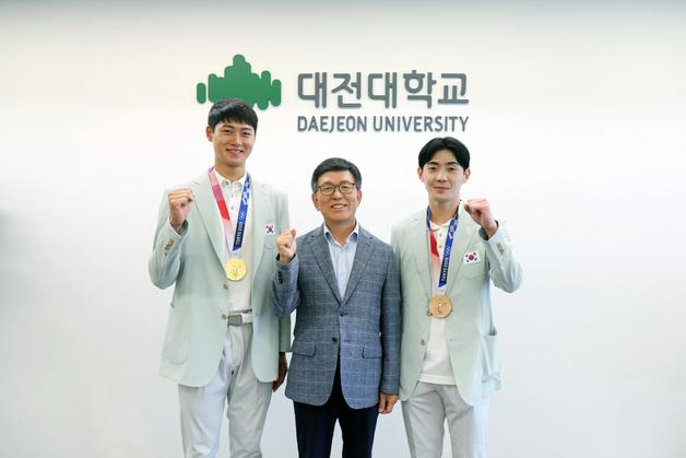 올림픽 펜싱 메달리스트 오상욱-송재호, 대전대에 발전기금