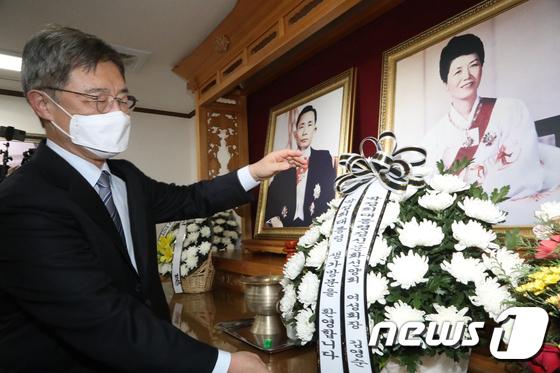 박정희 전 대통령 영전에 헌화하는 최재형