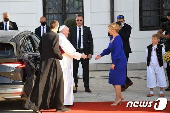 [사진] 마중 나온 슬로바키아 대통령과 악수하는 교황