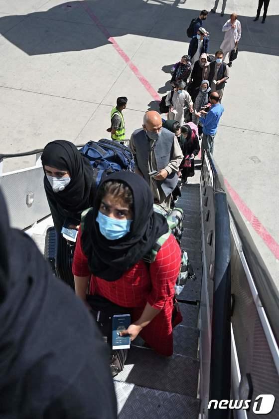 [사진] 카불 공항서 파키스탄 여객기 타는 승객들