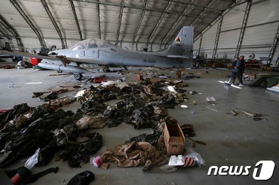 [사진] 카불 공항에 버려진 아프간 항공기와 소지품들