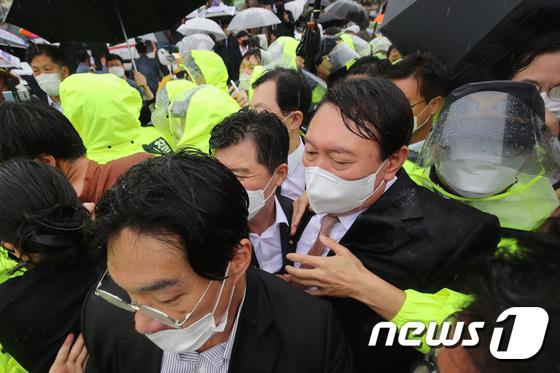 박정희 전 대통령 생가 방문..험난한 윤석열의 대권 도전