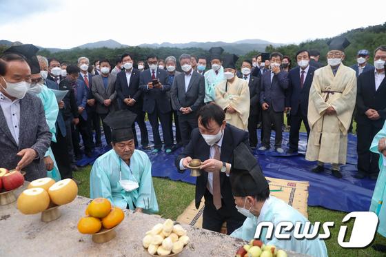 윤신달 장군묘 참배하는 윤석열 후보