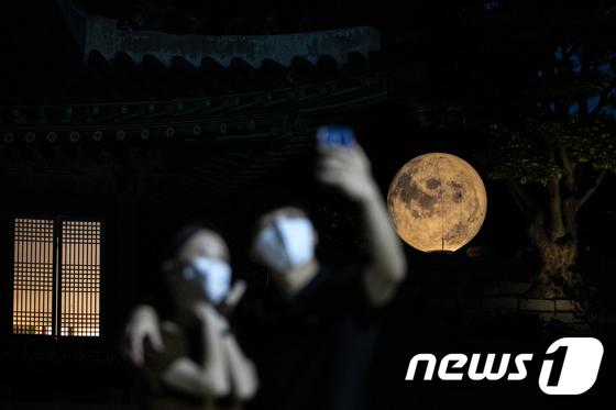 창경궁 \'궁궐에 내려온 보름달\'