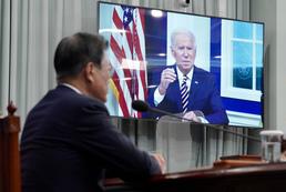 조 바이든 美 대통령 개회사 지켜보는 문대통령
