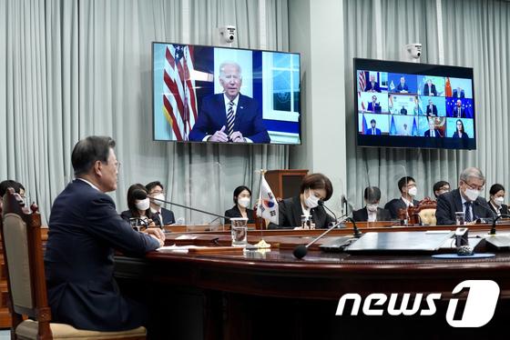 조 바이든 美 대통령 개회사 듣는 문재인 대통령