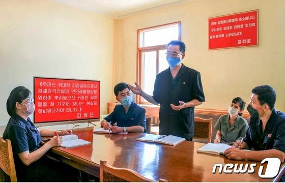 김정은 발언 되새기며 학습하는 북한 공장 일꾼들